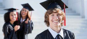 Foto de portada: Graduados universitarios después de la ceremonia de entrega de premios ceremoniales