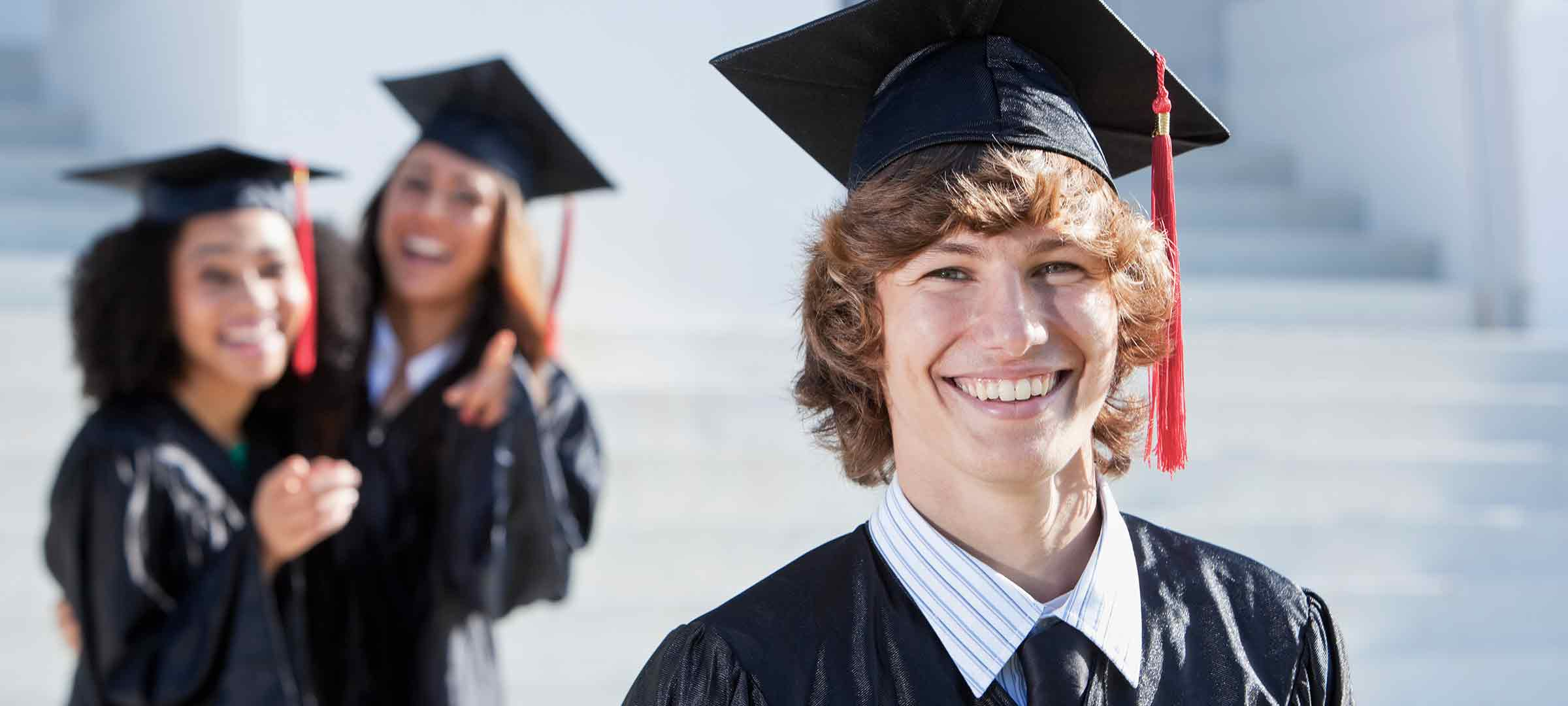 Titelbild: Uni-Absolventen nach der feierlichen Zeugnisverleihung
