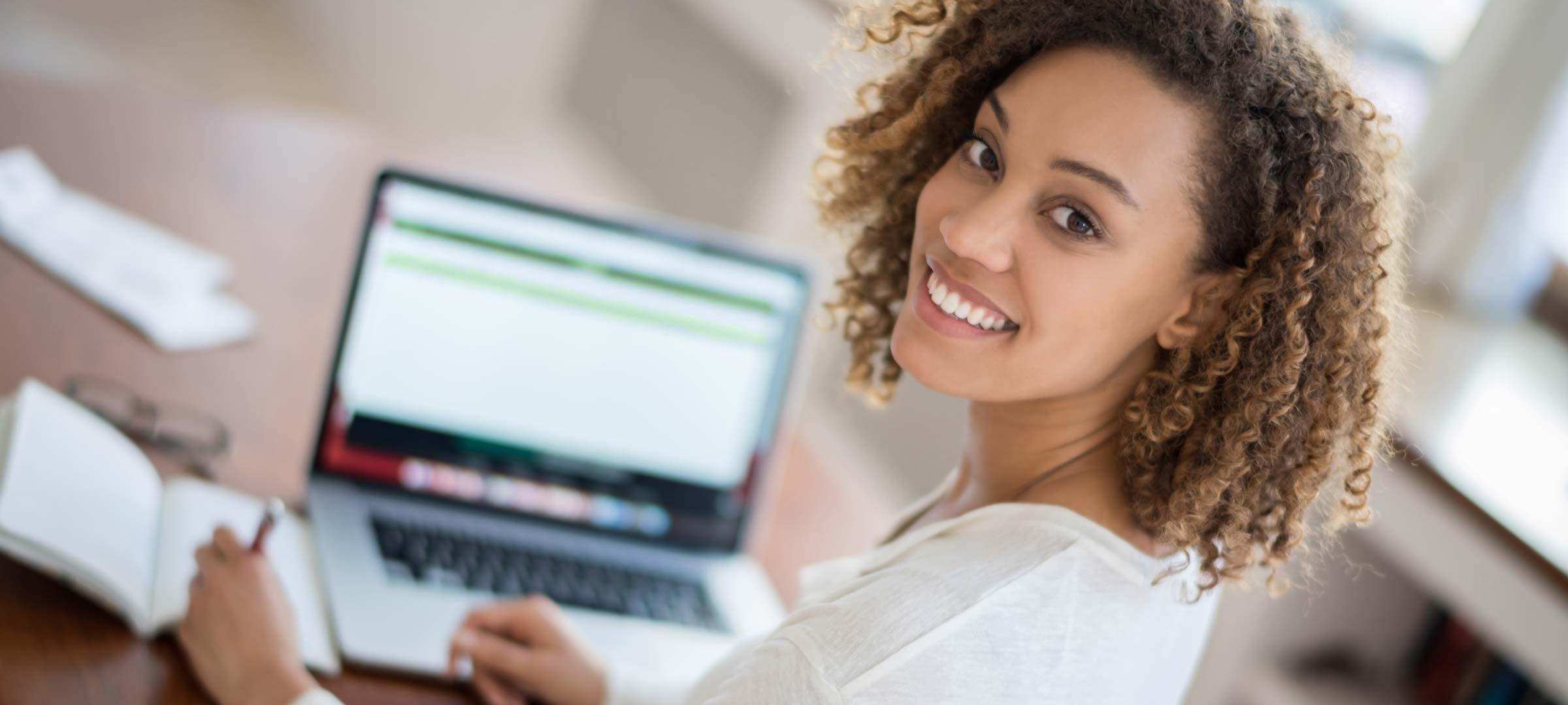 Titelbild: Studentin recherchiert im Internet für ihre Hausarbeit
