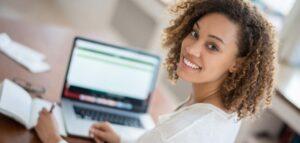 Vorschaubild: Studentin recherchiert im Internet für ihre Hausarbeit