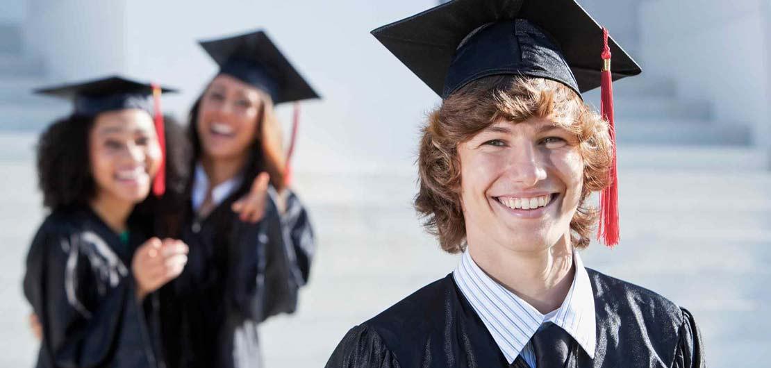 Vorschaubild: Uni-Absolventen nach der feierlichen Zeugnisverleihung