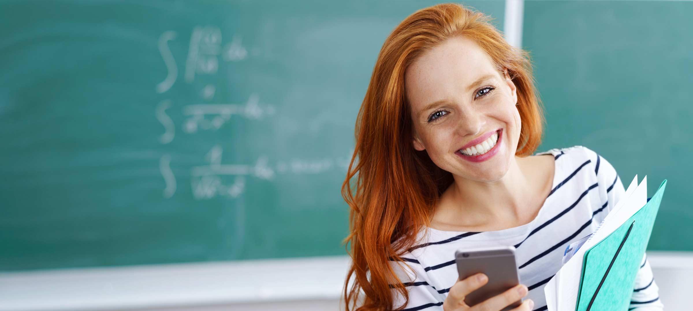 Titelbild: Lehrerin steht vor Schultafel