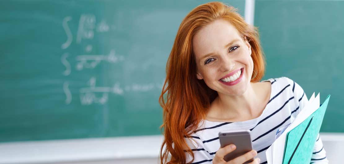 Vorschaubild: Lehrerin steht vor Schultafel