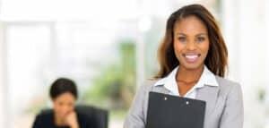 Vorschaubild: Businessfrau mit Mappe im Arm