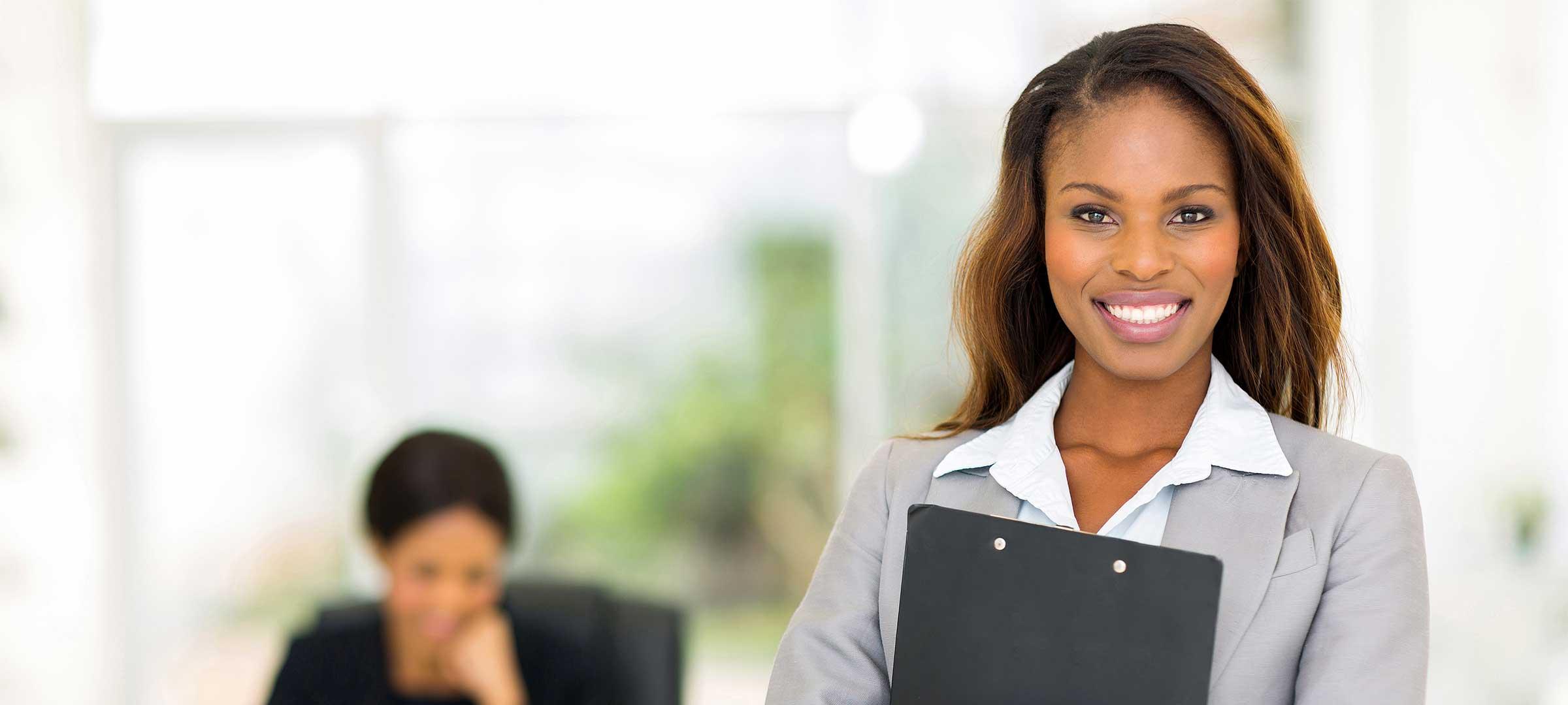 Titelbild: Businessfrau mit Mappe im Arm