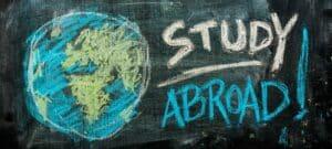 """Bild einer Tafel, auf der mit Kreide """"Study Abroad"""" geschrieben steht"""